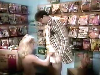 Little Shop Of Whores (1987) - Supertähdet Revat Levällään